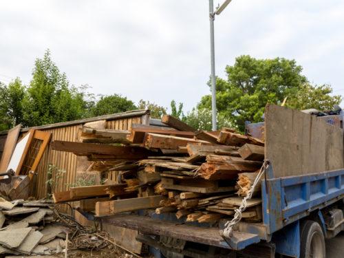 木材を積むトラック