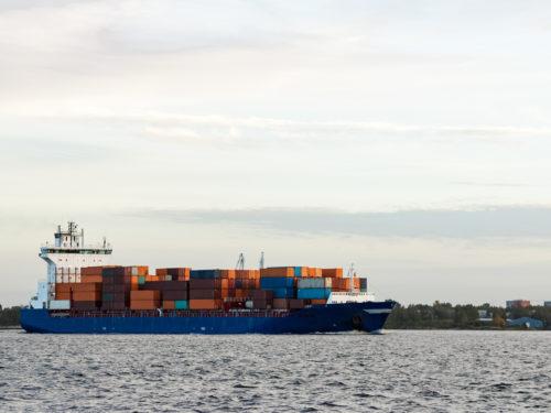コンテナ輸送船。