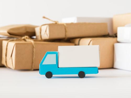 トラックと小包。