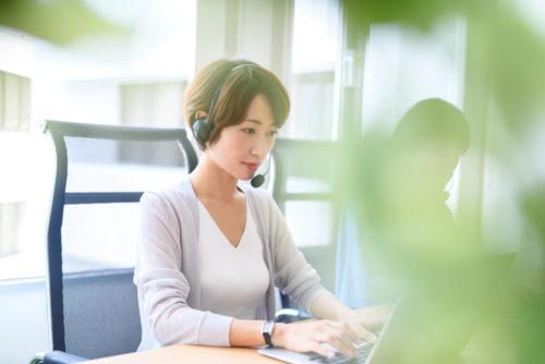 業者と電話する予約サイトのオペレーター
