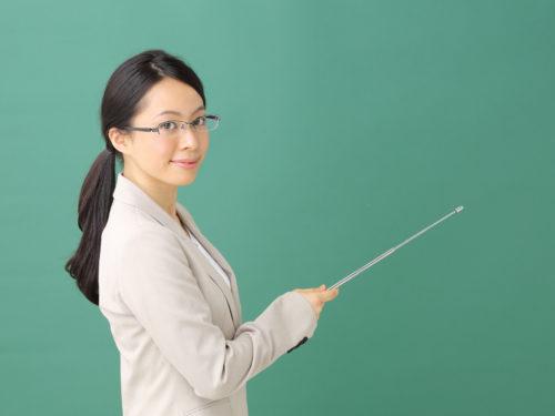 指示棒を持っているメガネの女性