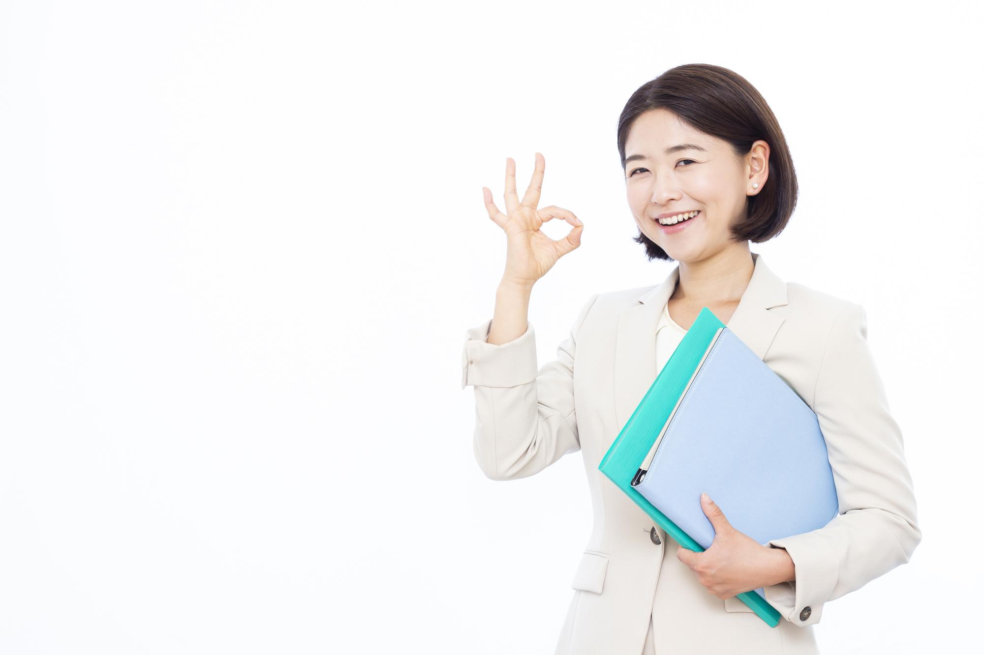 指で丸を作る女性