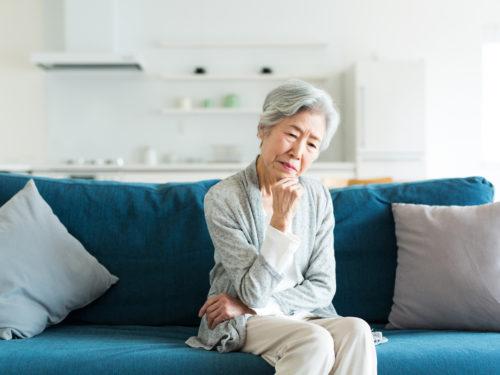 困っている高齢者女性