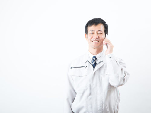 電話でキャンペーン参加申請をしている男性